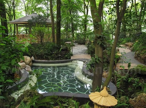 For centuries, Chongqing has been famous for the hot springs in the nearby hills. Today you can leave the bustle behind to enjoy a nice, tranquil soak with friends. North Hot Spring Park in Beibei district has lots of options, from a traditional vibe to modern resorts.